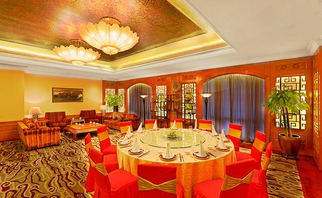 天宝阁的餐厅和雅间均经过精心设计和豪华装修